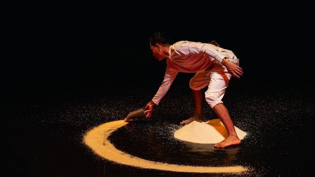 Un artiste joue sur l'ésotérisme du cercle magique.