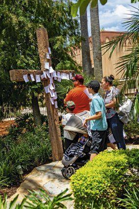 Les visiteurs sont invités à prier en divers lieux du parc. Sur ce crucifix, ils accrochent leurs demandes à Dieu.