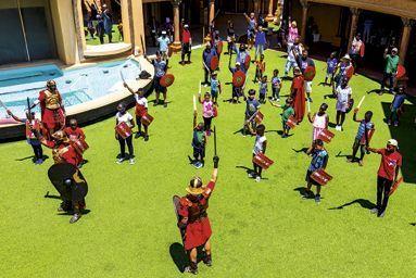 Entre deux shows, les Romains initient les enfants au combat,