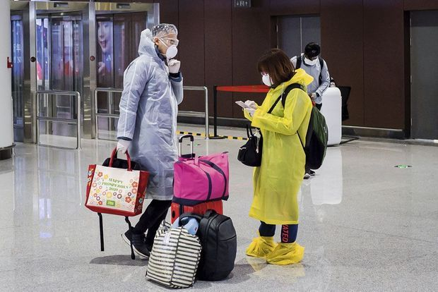 A l'aéroport de Pékin-Daxing, les derniers passagers prennent leurs précautions. Une quarantaine de 14 jours est désormais imposée à tout nouvel arrivant.