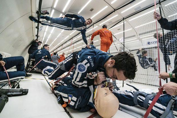 Le Dr Stark, au premier plan, tente de trouver en microapesanteur la meilleure approche technique pour une intubation, un geste fondamental de médecine d'urgence que les astronautes devront savoir maîtriser.