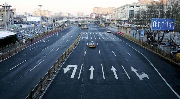 Chaussée déserte et ciel non pollué : du jamais-vu dans les rues de la capitale. A g., une cohorte de taxis sans chauffeur.