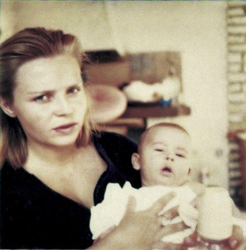 Jeune maman douce et blonde avec son fils.