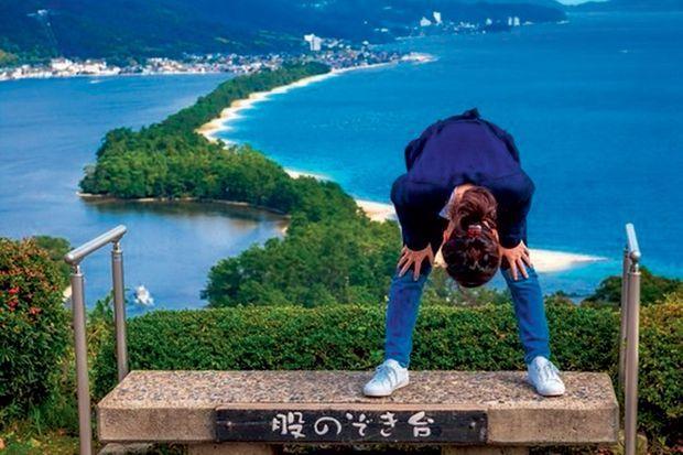Pour observer cette digue de sable géante, rendez-vous sur la pagode du temple Nariaiji, qui sert d'observatoire.