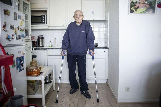 René Nicod, 81 ans, atteint d'un staphylocoque doré au genou, a évité l'amputation grâce à la phagothérapie.