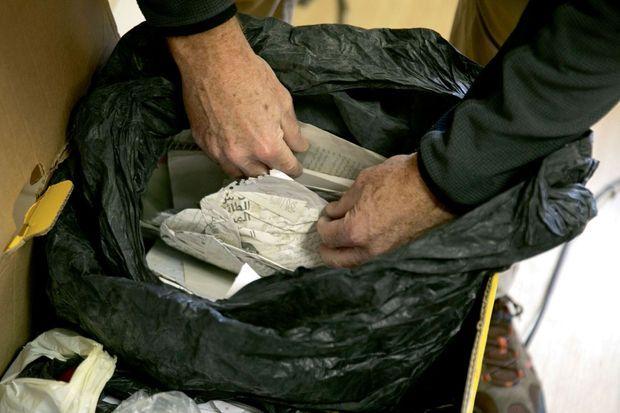 Un sac de documents provenant de Syrie transmis à la Cija (Commission internationale pour la justice et la responsabilité), le 9 janvier.