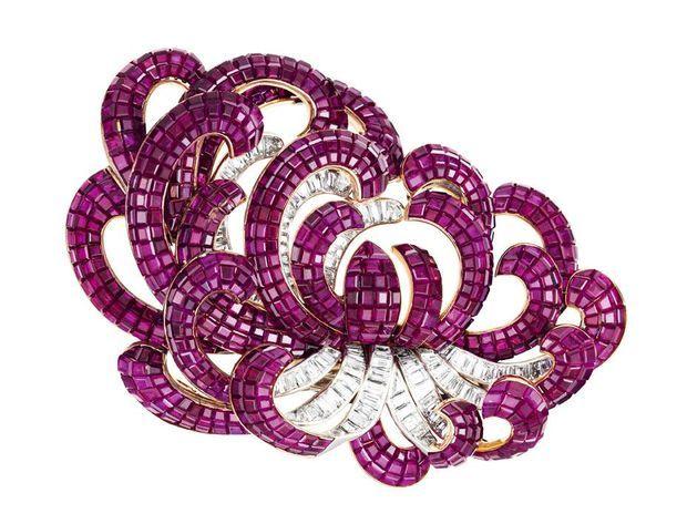 Le clip Chrysanthème en rubis, diamants et platine a été fabriqué en 1937
