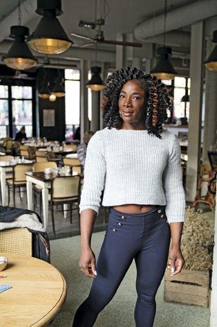 Tjiki Sidibé pose « en civil » dans la très branchée Brasserie Barbès, et en salle, prête à souffrir. Vice-championne du monde, elle préside les Jeux méditerranéens de bodybuilding. Elle est aussi juge dans certains concours.