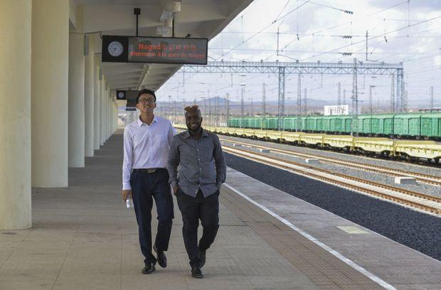 Gare de Nagad, Djibouti. Après une première formation en Chine, Moussa Samaleh poursuit son apprentissage auprès de Huang Yupeng.