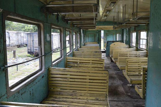 Wagons et locomotives hors d'âge reposent dans les ateliers de Dire Dawa. La plupart des anciennes machines ne fonctionnent plus, faute de pièces de rechange.
