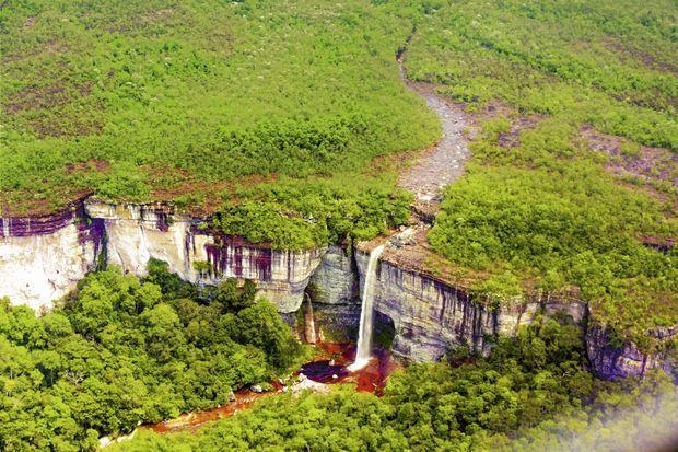 Vues aériennes du Chiribiquete avec ses tepuys, une zone effondrée surnommée « le stade » et une cascade dont les eaux rouges évoquent un chaudron diabolique.