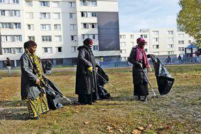 Elles montrent l'exemple. Opération nettoyage dans la cité de Fatou, Djénébou et leurs amies mères de famille.