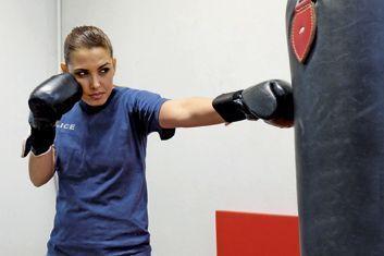 Nadia, qui boxe depuis dix ans, est une ancienne de la Bac de Sarcelles. Elle continue de défiler et poursuit aussi sa carrière : cette année, elle deviendra brigadier.