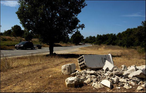 Des gravats abandonnés au bord de la route D2, à 300 mètres du site où le maire a perdu la vie.