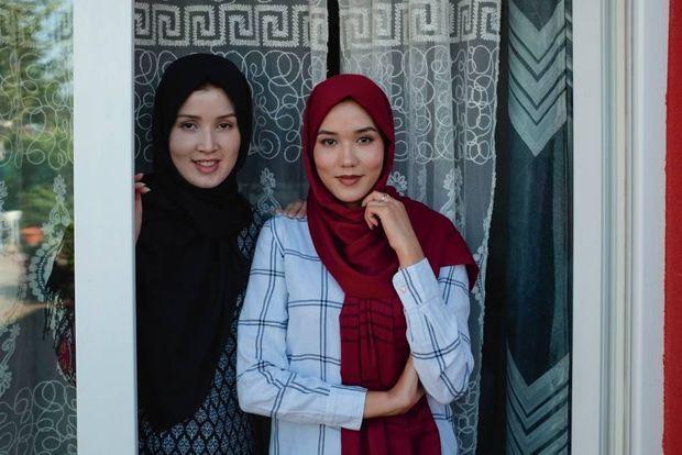 Les deux soeurs devant la maison familiale.