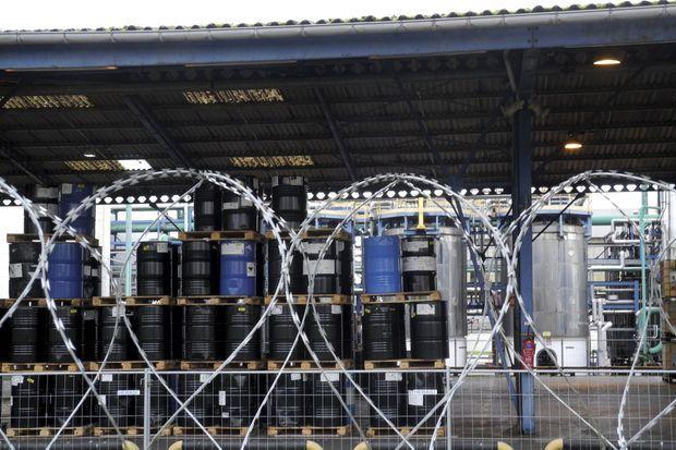 Dans un hangar de Lubrizol épargné par la catastrophe, ces fûts de matières premières sont en cours d'évacuation. Il est interdit de les conserver sur place puisque la production est suspendue.