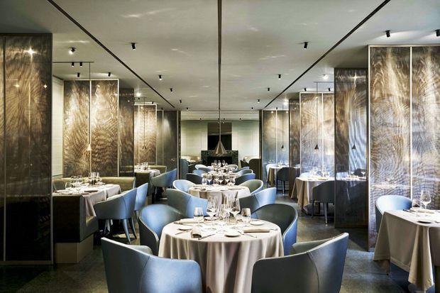 au premier étage, le restaurant à la décoration luxueuse et élégante. L'Emporio Armani Caffè & Ristorante est un lieu incontournable de la vie milanaise.