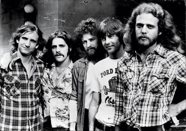 Les Eagles en 1976. De g. à dr. : Joe Walsh, Glenn Frey, Don Henley, Randy Meisner, et Don Felder.