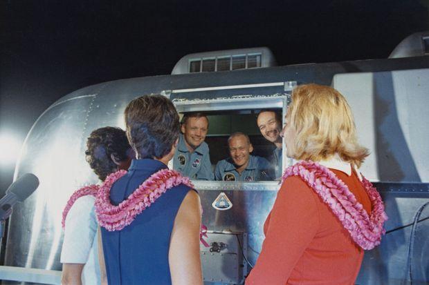 11 août 1969, Armstrong (au centre) et ses équipiers Aldrin et Collins vont enfin sortir de leur « cabine de quarantaine », où ils ont passé quinze jours en observation : leurs femmes, Pat, Jan et Joan (de g. à dr.), sont les premières à les féliciter !