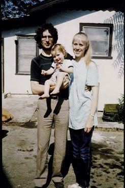 Le gourou David Koresh avec sa femme Rachel et leur fils Cyrus en avril 1986