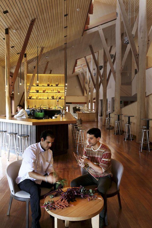 Le chef (à dr.) a recentré la cuisine de l'hôtel Explora Valle Sagrado sur les produits des Andes.