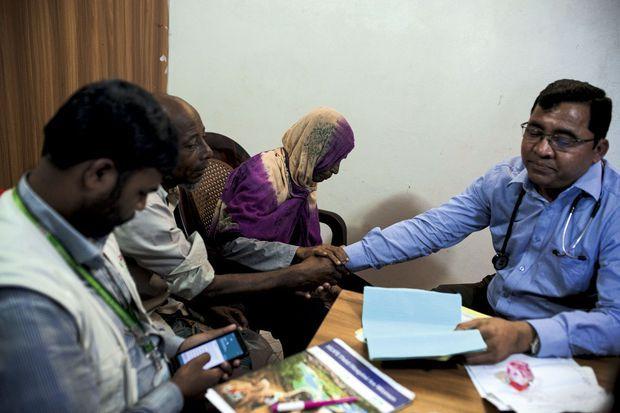 Kafil Uddin, psychiatre, est débordé par les cas de traumas.