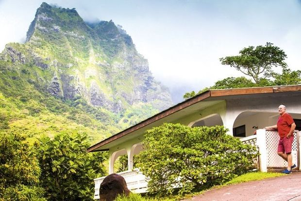 La maison reconstruite à la place de celle du chanteur. Son ami Serge Lecordier, qui vit toujours à Hiva Oa, prend la pose devant.