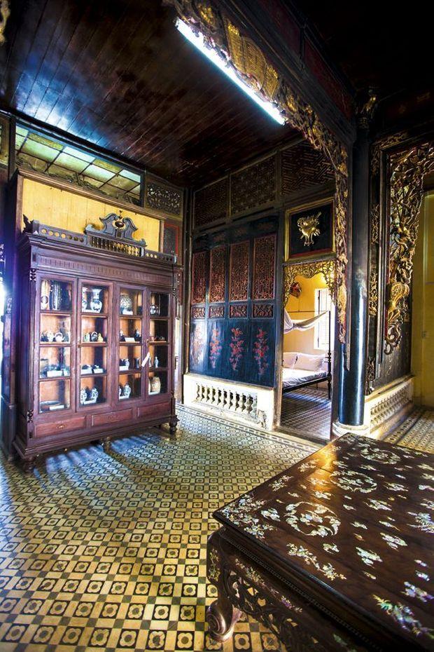L'entrée de la maison. Ci-dessous, l'étal d'un libraire de Saigon : Duras est omniprésente.