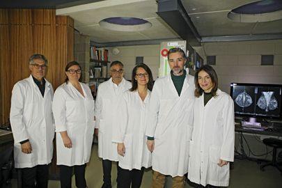 Le Dr Benillouche (3e depuis la g.), et l'équipe du CSE devant les écrans ultra-perfectionnés.