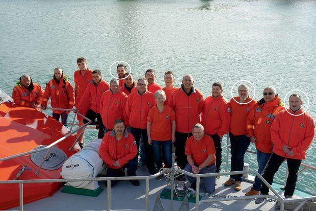 L'équipe de la SNSM des Sables-d'Olonne sur le pont du « SNS 002 Canotier Jacques Joly », en réparation le 7 juin. De g. à d.: DIMITRI MOULIC (37 ans) Mécanicien. Deux enfants. Il avait rejoint récemment la SNSM, ALAIN GUIBERT (51 ans) Second de la vedette SNSM. Marin pêcheur, patron de deux fileyeurs de 12 mètres, YANN CHAGNOLLEAU (54 ans) Patron en titre du « SNS 02 » et du « SNS 061 », patron pêcheur, depuis peu à la retraite