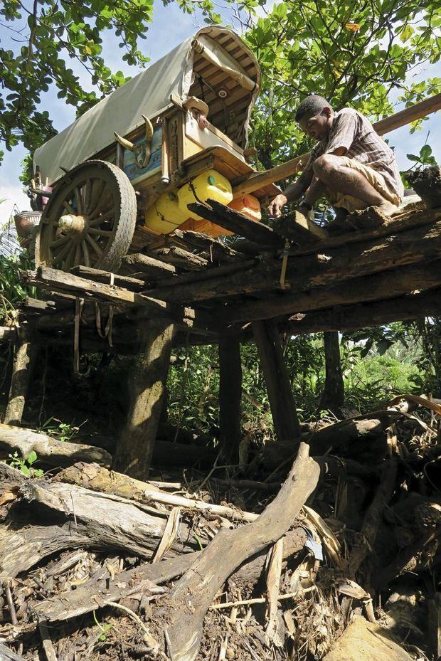 Pour traverser la passerelle instable, la charrette a été vidée : 300 kilos d'équipement à porter. Dix fois par jour.