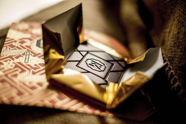 Emballées à la main, les tablettes Marou sont d'un graphisme raffiné. Elles s'adressent aux amateurs de cacao intense et poivré. Ici du Ba Ria 76 % de cacao.