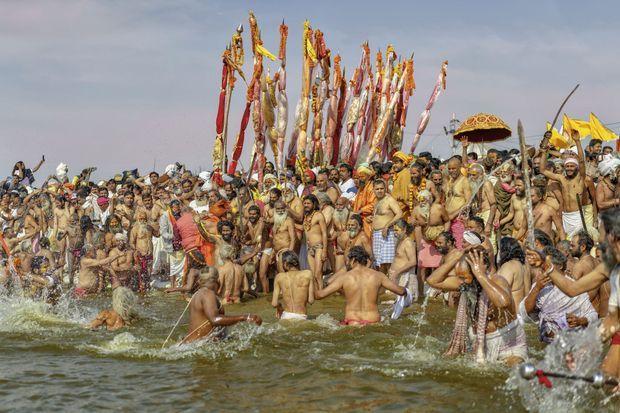 Kumbh Mela à Allahabad. C'est la fête la plus importante des hindous. Elle attire des millions de dévots de partout. Ils se « purifient » dans les eaux souillées.