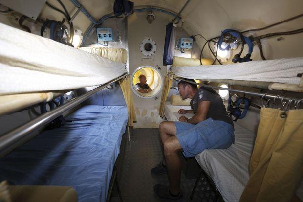 Assez grand de taille, Laurent a pris l'une des couchettes du bas, légèrement plus larges. Au fond, Antonin est dans le petit espace vestiaire, douche et WC, relié par un conduit de 70centimètres.