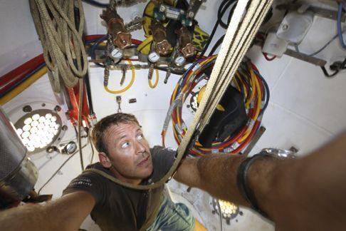 Laurent Ballesta dans la tourelle-ascenseur. D'un volume de 3 mètres cubes, elle accueillera les quatre plongeurs simultanément lors des descentes et des remontées.