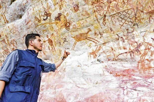 Andrés Lopez, conseiller du directeur de l'Institut colombien d'anthropologie et d'histoire (Icanh), au pied d'une fresque de 30 mètres de hauteur dans la Lindosa.