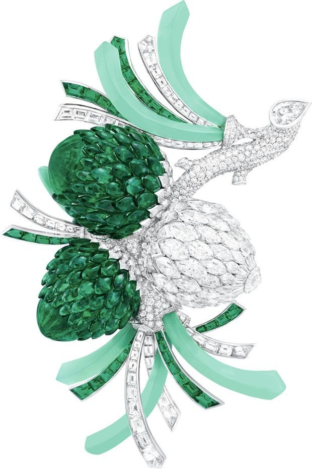le clip Pomme de pin en émeraudes, diamants et platine en 2018.