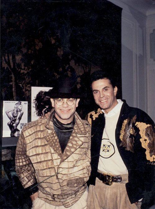 ean-Claude Jitrois, créateur, fait le bonheur d'Elton John avec sa veste en croco unique !