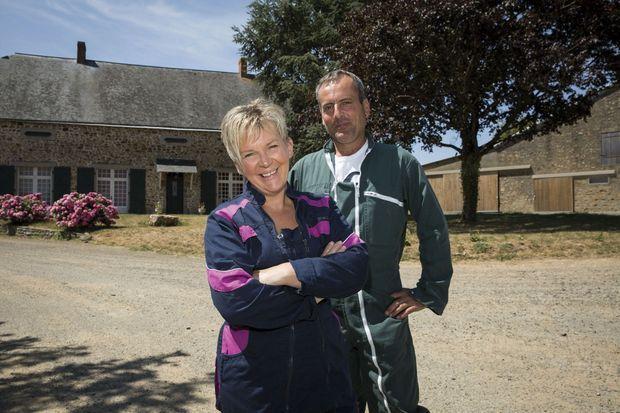 Valérie et Vincent Barré, dans leur ferme en Mayenne.