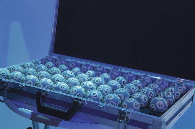 extraites d'un coffre-fort, transportées dans des valises plombées, les boules numérotées sont surveillées en permanence par un huissier.
