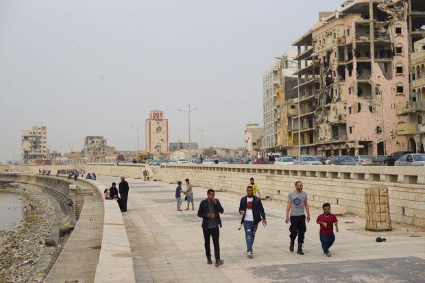A Benghazi, sur la corniche, la vie reprend entre la mer et la misère.