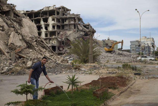Quartier Sidi Kribbich, un petit coin de verdure devant les ruines d'un ancien hôtel de luxe.