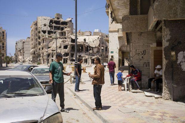 Devant un café du centre-ville, la vie de quartier revient. La plupart des clients sont d'anciens soldats ayant combattu les djihadistes.