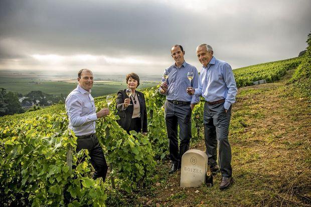 Sur le coteau familial, Evelyne Boizel et son époux Christophe Roques, avec leurs fils Laurent et Lionel.