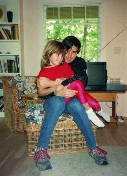 Sur les genoux de papa. Lisa a 7 ans. Steve l'a reconnue comme sa fille un an auparavan.