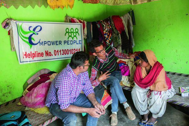 Ici, avec les membres de l'association de Salim Khan (pull rayé) Empower People.