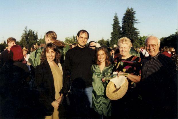 En 1996, pour la remise de diplômes du lycée de Lisa (au centre), à Palo Alto. Autour d'elle sa mère Chrisann, son père, Steve, et ses grands-parents maternels (à dr.).