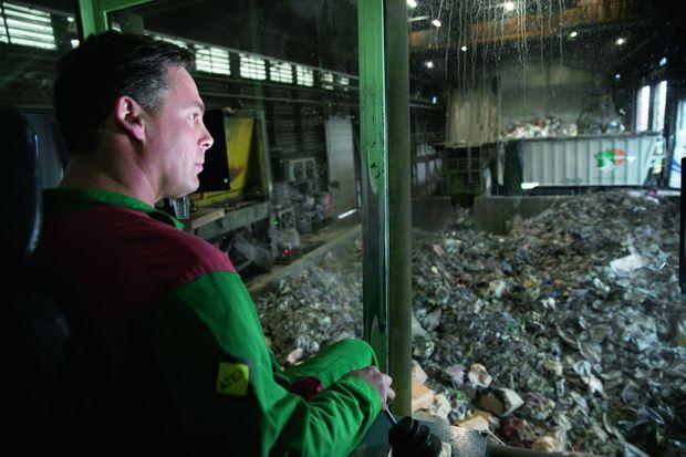 Jérôme Ménard à son poste de travail chez Triadis, l'usine mitoyenne de Normandie Logistique et de Lubrizol. Devant lui, des déchets industriels qu'il charge dans les camions.