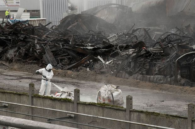 Pour l'instant, on se contente d'interdire l'accès au périmètre et de le nettoyer. Nul ne connaît précisément l'impact d'une telle quantité de substances chimiques à la fois brûlées et mêlées les unes aux autres.