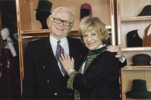 Amis pour la vie. En 2001, l'actrice essaie son costume d'académicienne avant sa réception à l'Institut.